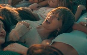 """Taylor Swift se rodea de amigas en el videoclip de """"22"""""""