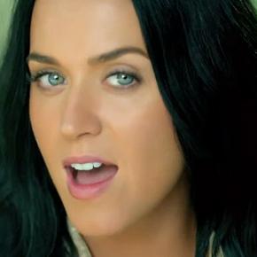 """Katy Perry se cuelga de la liana en el vídeo de """"Roar"""""""